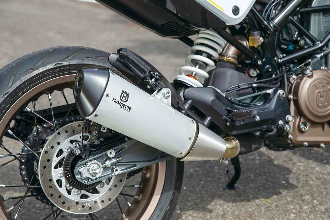 画像: コンパクトなオーバルタイプのサイレンサーにはハスクバーナのロゴをあしらい、スポーティさと上質さを両立。