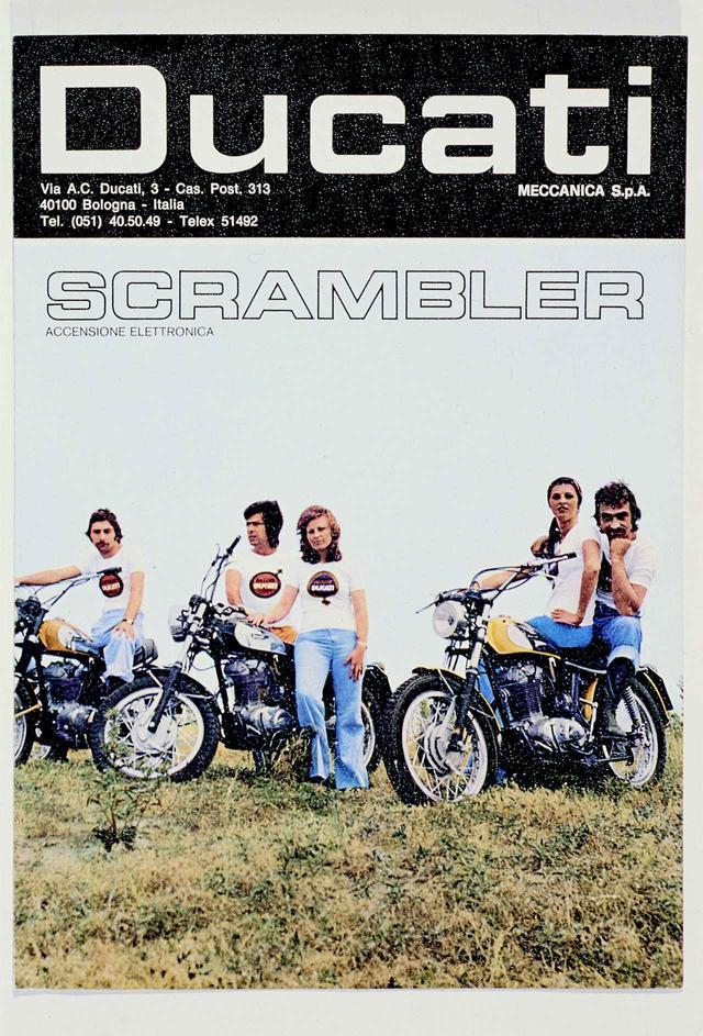 """画像: 1970年代、スクランブラーシリーズは人気を博し、新たなモーターサイクルムーブメントを生み出した。写真は""""Potere Ducati""""広告キャンペーンの1枚。ドゥカティ曰く、「アメリカンとヨーロピアンスタイルが見事に融合したモーターサイクルだった」。確かに写真からもその雰囲気が見て取れる。"""