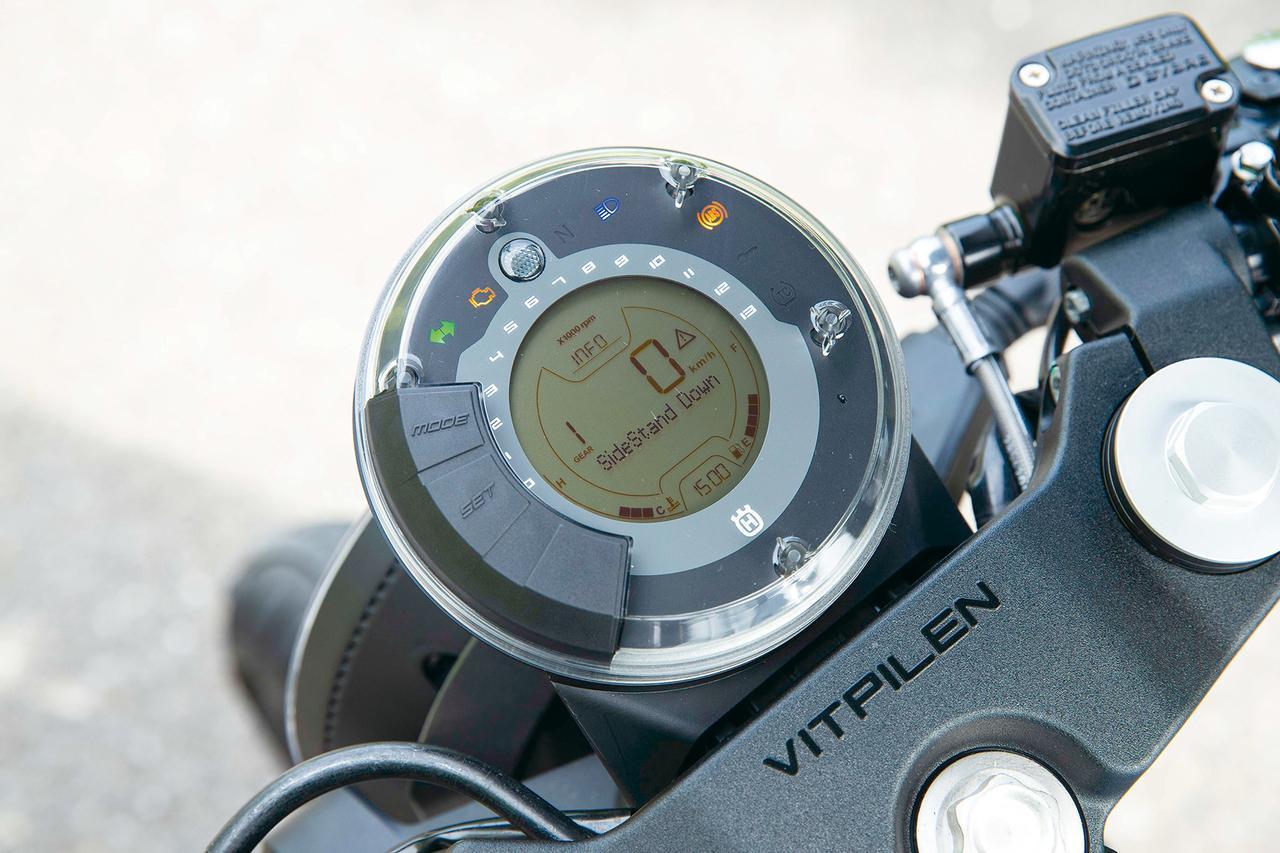 画像: ユニークな円形レイアウトのメーターはオール液晶デジタル。平均燃費やタイマー、サイドスタンド警告など、表示機能も多種多彩。