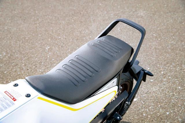 画像: すっきり切り落としたかのようなショートテールが印象的。シート表皮は滑りにくいものを採用、法規に合わせ、日本仕様にはタンデム用のグラブバーが備わる。