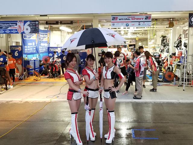 画像19: 雨の中でも華やかさと明るさで盛り上げてくれる8耐RQ!!