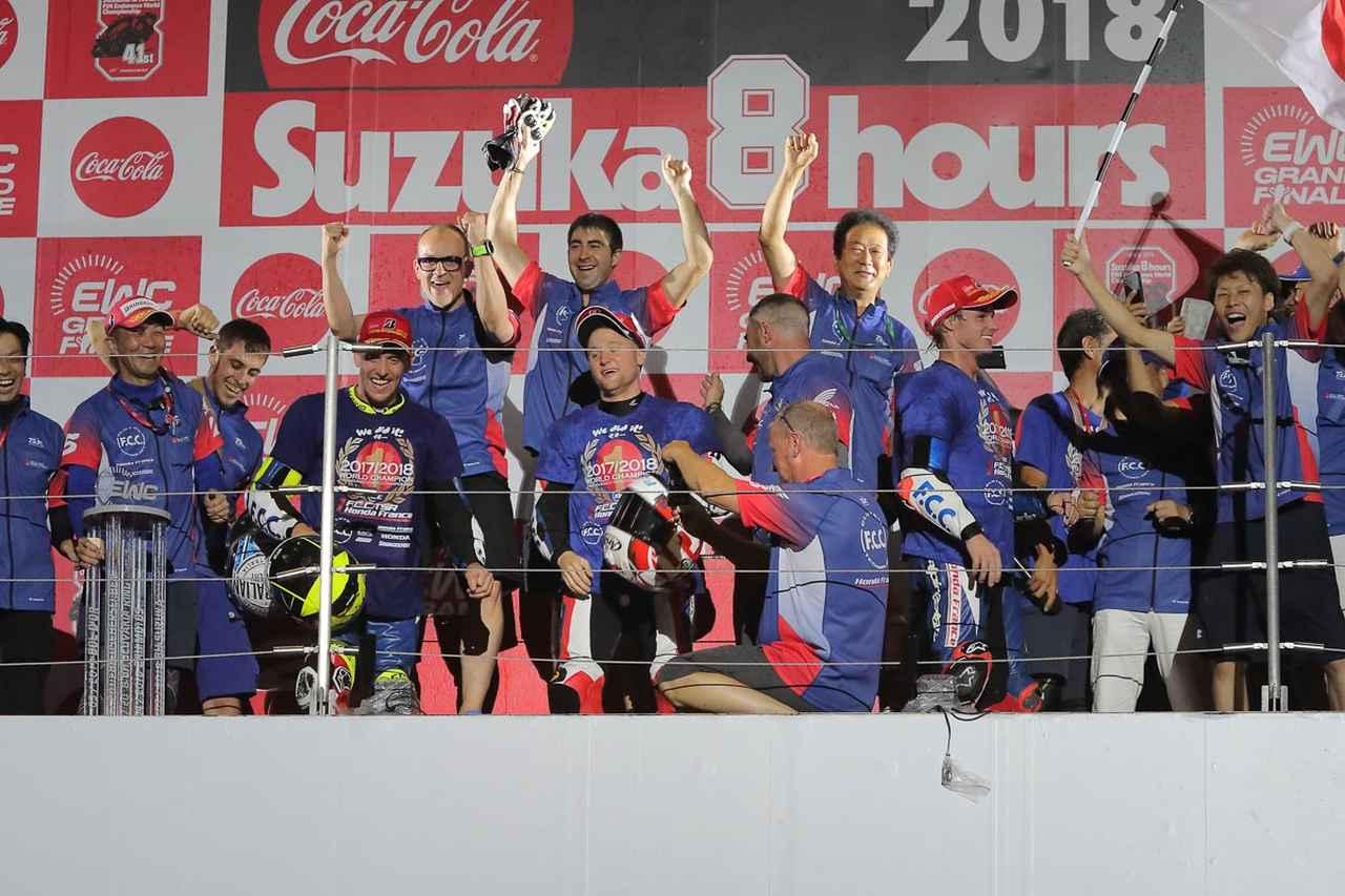 画像: 表彰台にはライダー&監督くらいが上がるんだけど、世界チャンピオンだもの、とチーム員がどんどんw