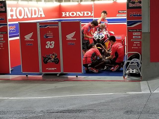 画像: #33 Red Bull Honda With日本郵便 雨だったため、多くのチームがピットの中で作業をしていました。
