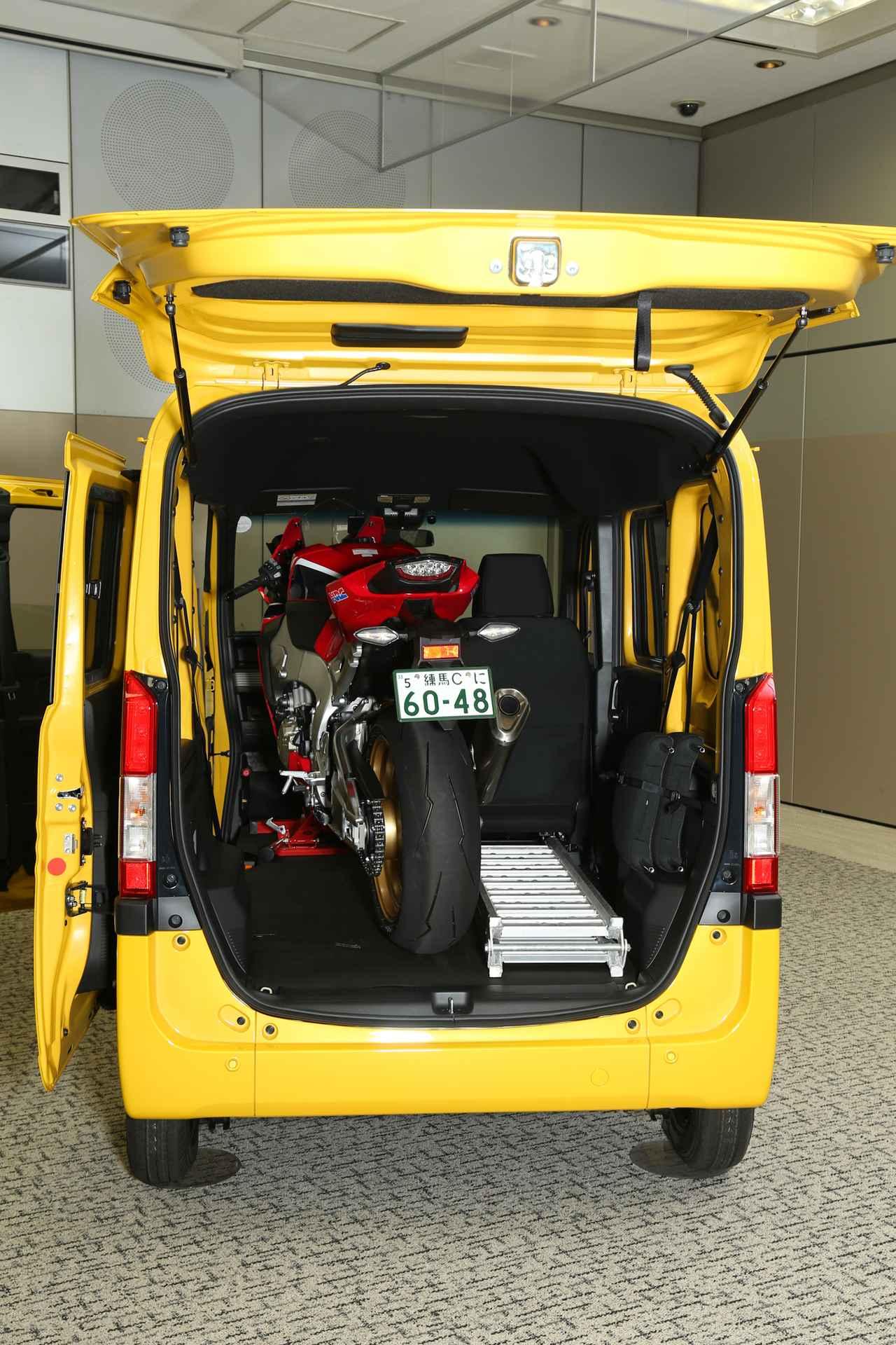 画像: サーキット走行を楽しむには十分なスペースでしょう。車両の右側には、装備品や工具を積み込むスペースもあります。