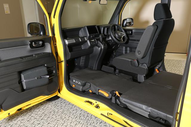 画像: 助手席までフラットになるのがN-VANの特徴。ただし、樹脂製のダッシュボードにフロントタイヤを当て、締め込むのは剛性的に危険かも。
