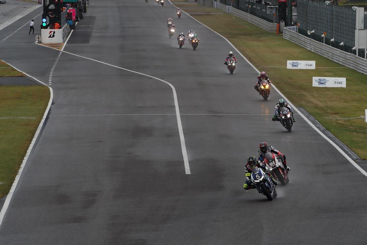 画像: レース中、難しいコンディションでのGMT94ヤマハとのバトル