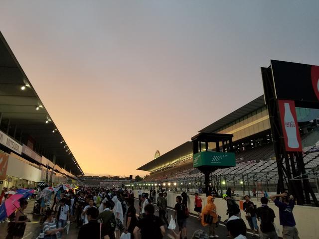 画像23: 雨の中でも華やかさと明るさで盛り上げてくれる8耐RQ!!