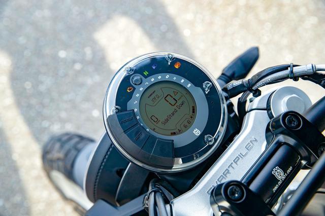 画像: 円形レイアウトのデジタルメーターは燃費計やサイドスタンド警告などを表示。左右のスイッチボックスは透過光式を採用している。