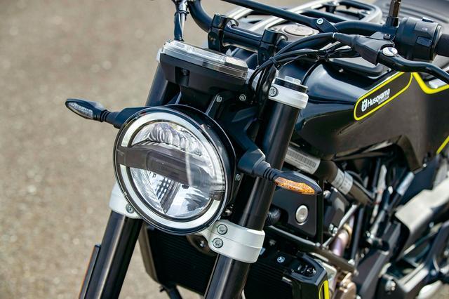 画像: ヘッドライトやウインカーはヴィットピレンと同様のオールLEDタイプを装備。ヘッドライトは上がロー、下がハイビームだ。