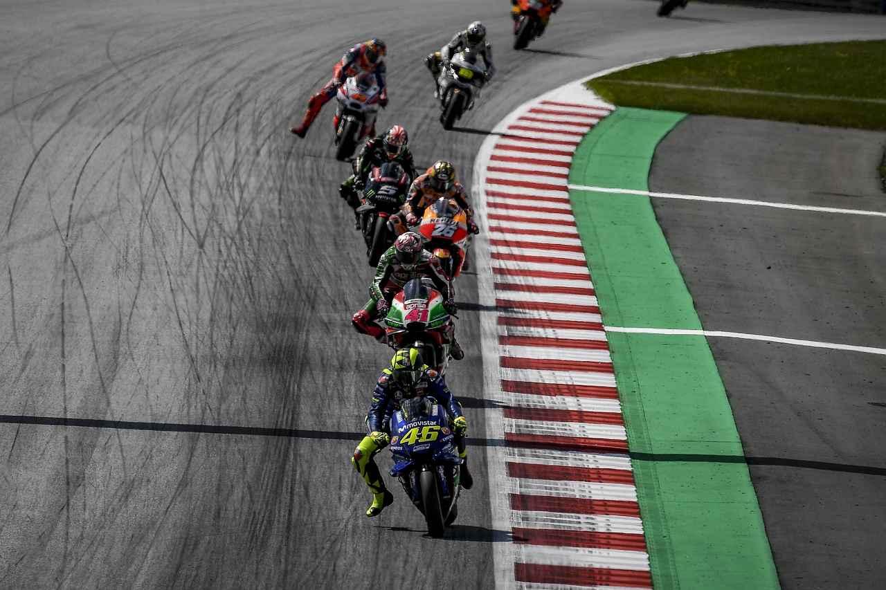 画像: レース中盤、8番手あたりを走るロッシ ここから少しずつ順位を上げていく