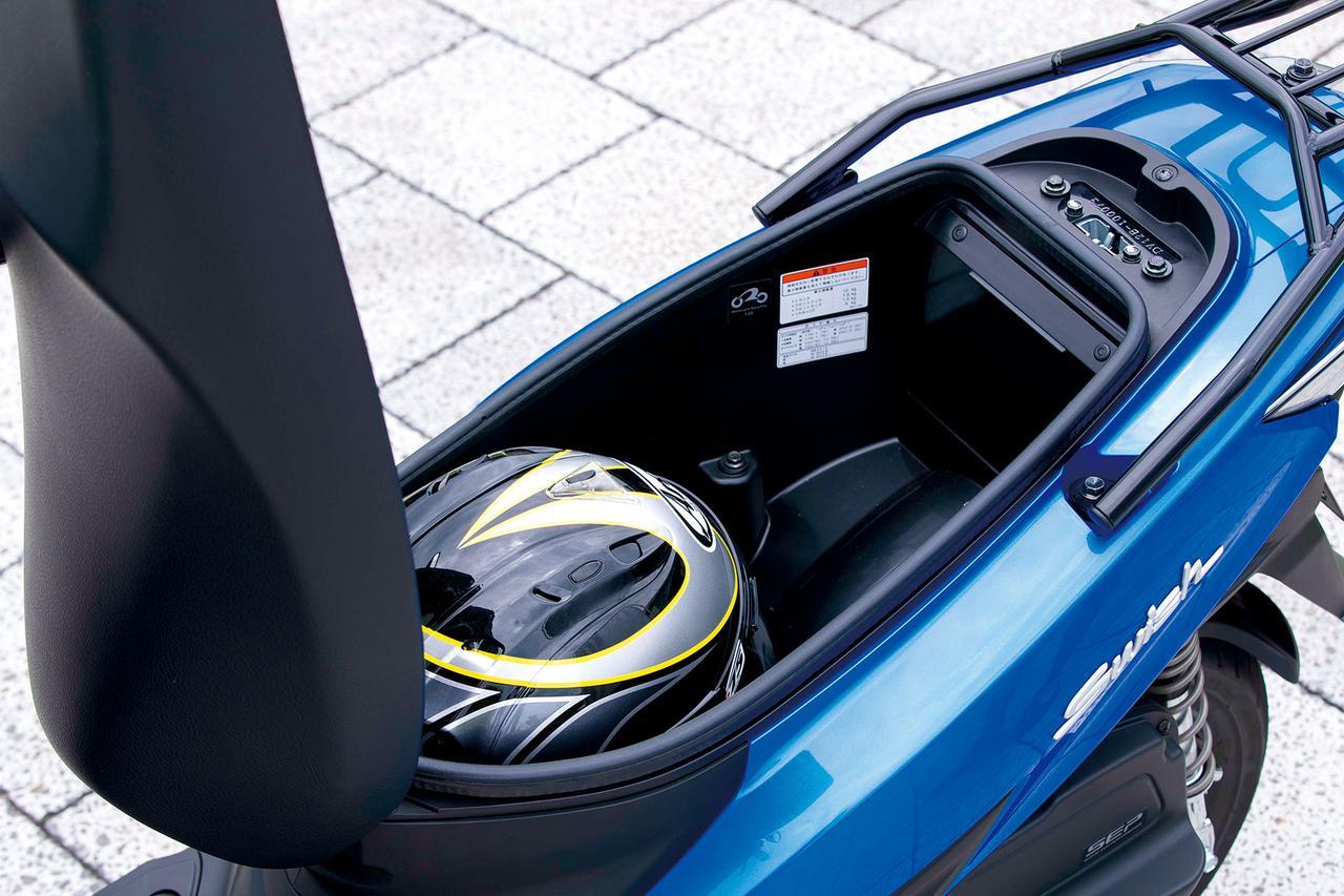 画像: シート下のラゲッジスペースは容量十分。ヘルメットやバッグなどを気軽に放り込める、開口部の大きさがポイントだ。