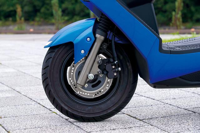 画像: アドレスV125同様、フロントタイヤは10インチで、小径ならではのクイックなフットワークを重視。ブレーキはシングルディスク。