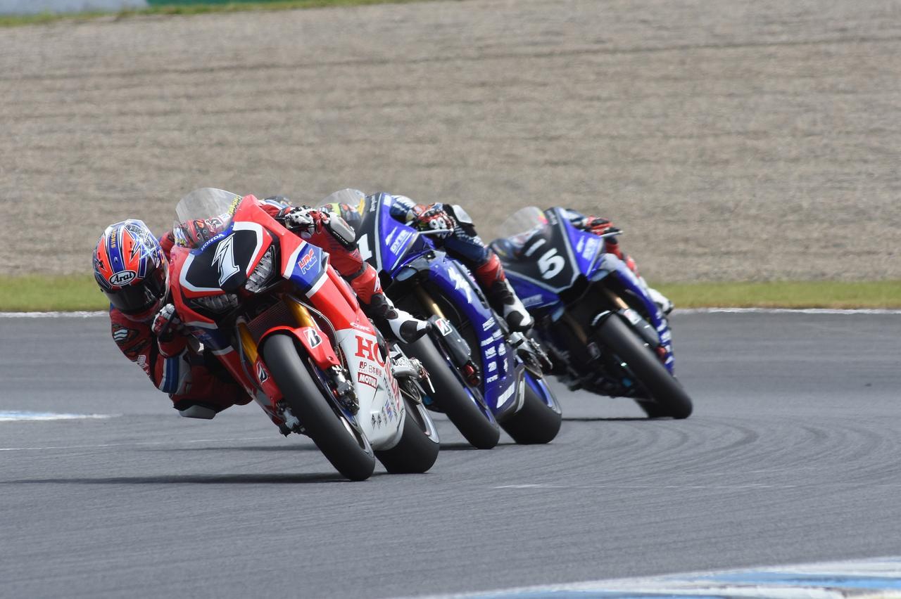 画像: レースの大半は、この高橋→中須賀→野左根の順