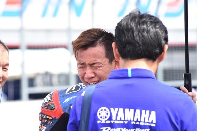 画像: チームに迎えられて涙する中須賀 こういう時、中須賀は感情を抑えない それがいい