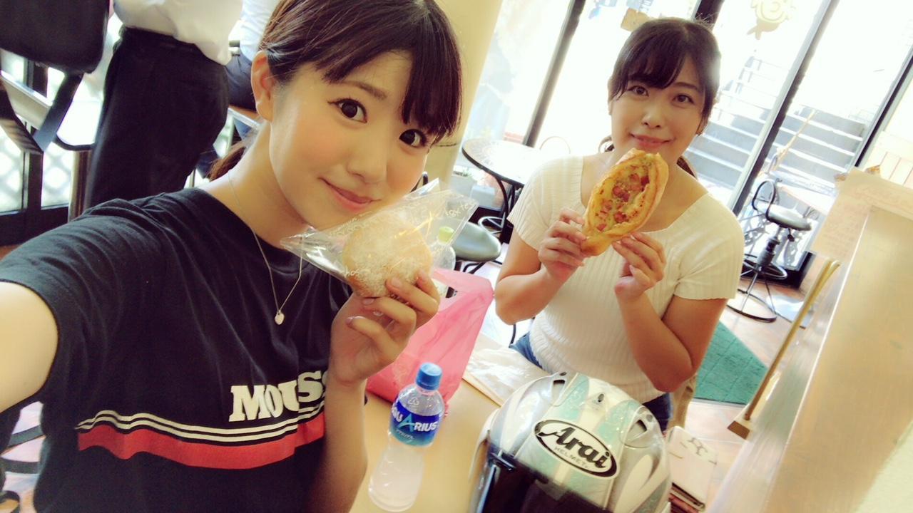 画像: 私はクリームパン、あいかつんはガーリックベーコンパンを。