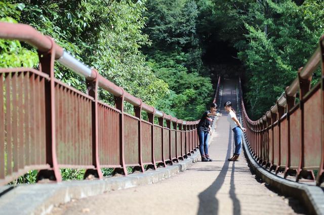 画像: 橋の上でもちゃっかり自撮り笑