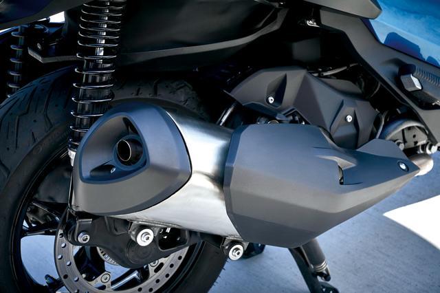 画像: エンジンは新型の水冷OHC4バルブ単気筒350cc。カムシャフトからギアを介してカウンターバランサーをセットする。マフラーサイドにはアルミスイングアームを持つ両持ちタイプ。