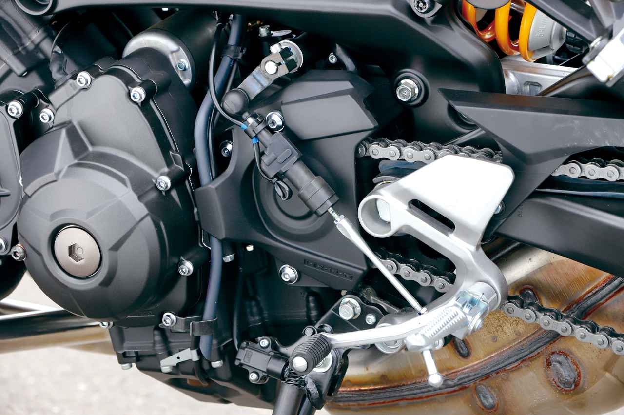 画像: シフト操作を検知するとエンジンを制御して駆動トルクを瞬間的に抜き、シフトアップをサポートするクイックシフターは引き続き採用。