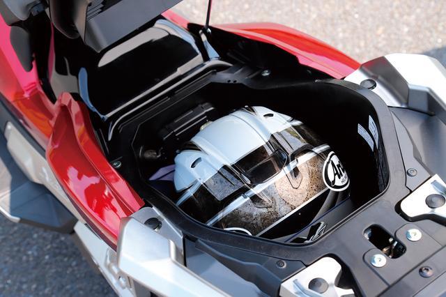 画像: シート下には容量21Lのラゲッジスペース。フルフェイスヘルメット1個を収納でき、アクセサリーソケットも設けられている。