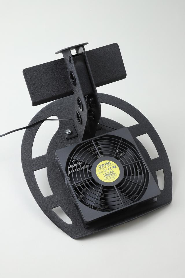 画像: 台座の裏側に付けられた電動ファンがヘルメットの内側に風を送る。エアコンの効いた室内でテストしたが、内装の湿気がたちまち乾いていった。