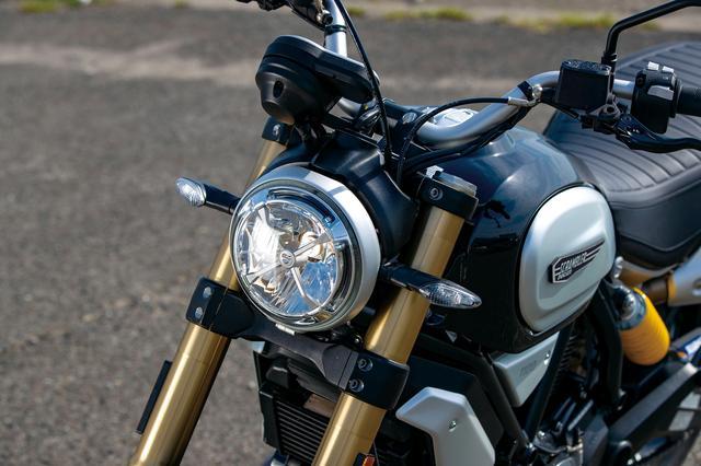 画像: リング状のLEDポジションランプを持つヘッドライトは800、400にも共通したアイコニックな装備。
