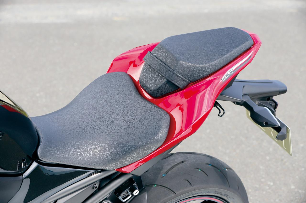 画像: スポーティで機能的なデザインのシートだが、795㎜という低いシート高とスリムなデザインによって、優れた足着き性も実現した。