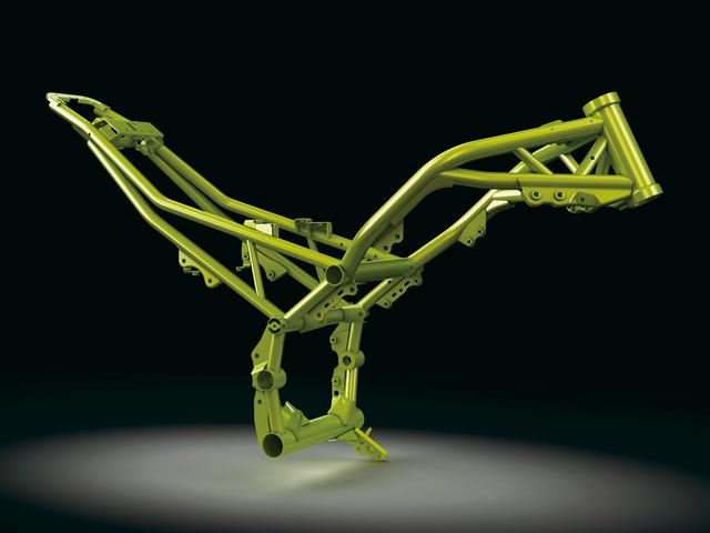 画像: 高張力鋼を用いたトレリスフレームは、エンジン自体を強度部材とするする構造で、単体重量13.5㎏まで軽量化しつつ高剛性化も達成。