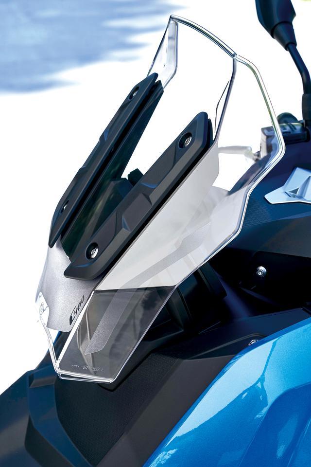 画像: フロントカウルから独立するデザインでセットされたフロントスクリーン。稼働無しタイプだが、絶妙な形状で高速道路走行時の防風効果も高かった。オプションでハイスクリーンも用意。