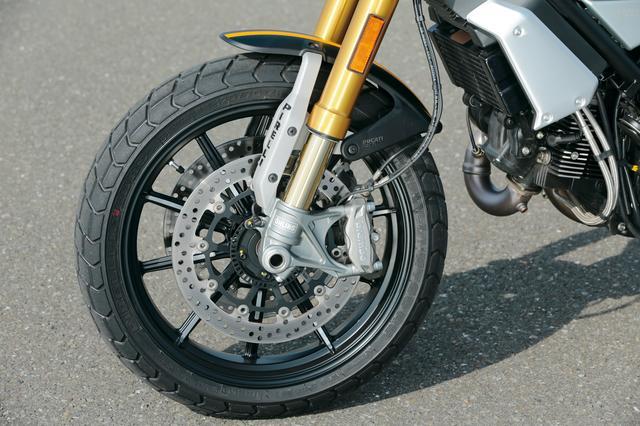 画像: フロントフォークはオーリンズ製のフルアジャスタブル、ブレーキキャリパーはブレンボのラジアルマウントと豪華。タイヤはピレリのMT60を履く。