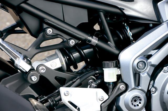 画像: リヤサスとリンクをスイングアーム上側にマウントするホリゾンタルバックリンクリヤサス。伸側減衰力調整とプリロード調整が可能。