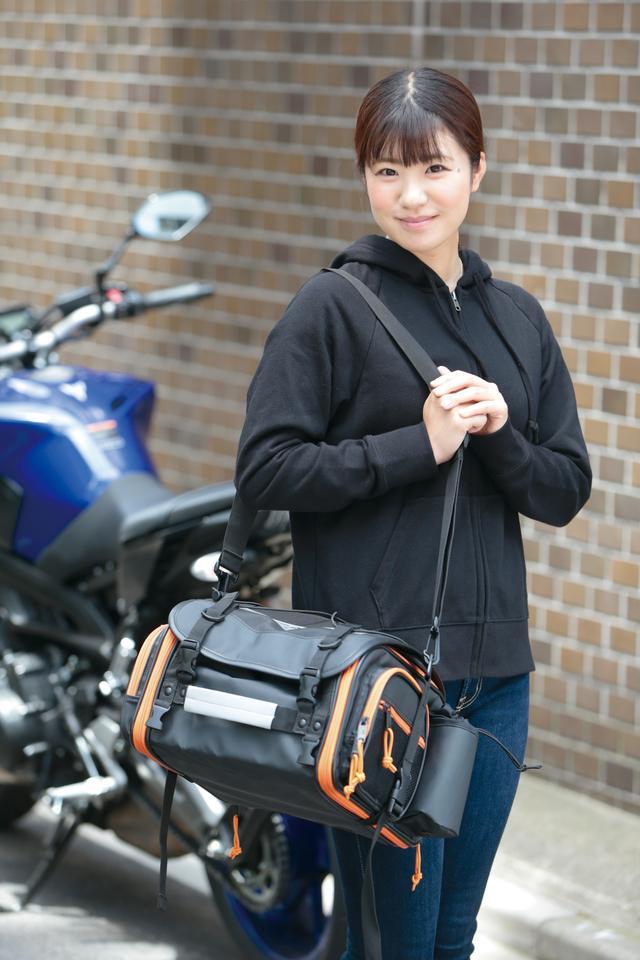 画像: 簡単に着脱できるショルダーベルトが同梱されているから、ツーリング先での移動が楽。ダッフルバッグ代わりにも使えそうだ。 [サイズ]高さ200㎜×幅370〜510㎜×奥行き300㎜  [容量]19〜27L [カラー]ブラック [ 問 ]タナックス TEL.04-7150-2450 www.tanax.co.jp
