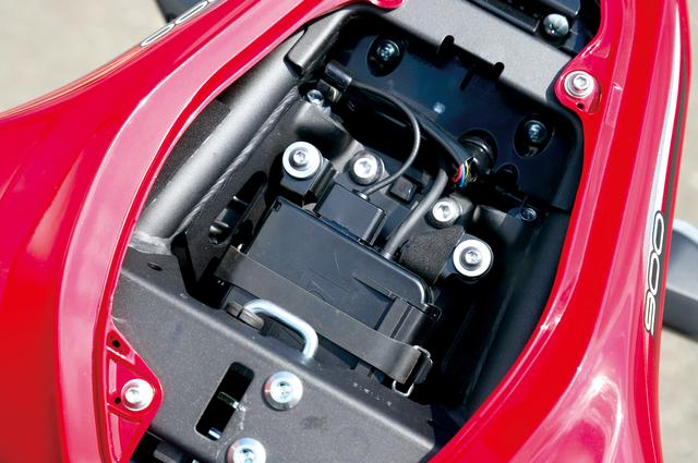 画像: 国内仕様ではリヤシート下にETC2.0車載器が標準装備されていて、メーターパネル内には動作インジケーターも備える。