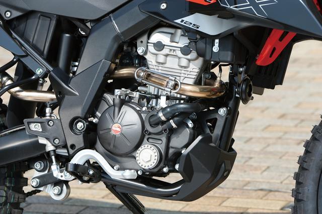 画像: 125㏄クラスにしては充分過ぎるパワーを発揮する水冷DOHC4バルブエンジン。マレリ製φ32㎜スロットルボディが吸気系の要だ。
