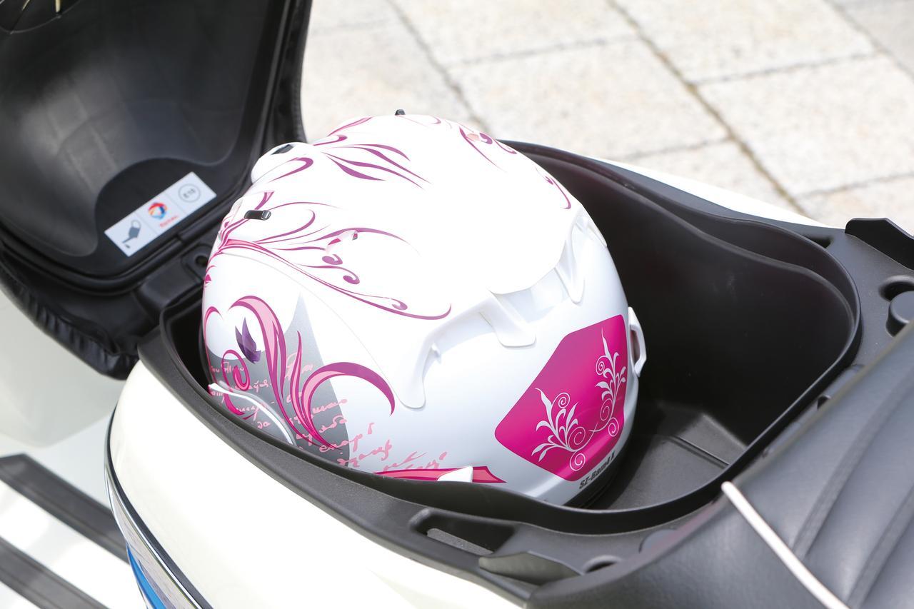 画像: ライダー側のシートを跳ね上げると現れる収納スペース。ジェットタイプのヘルメットなら問題なく収納できるだけの容量が確保されている。