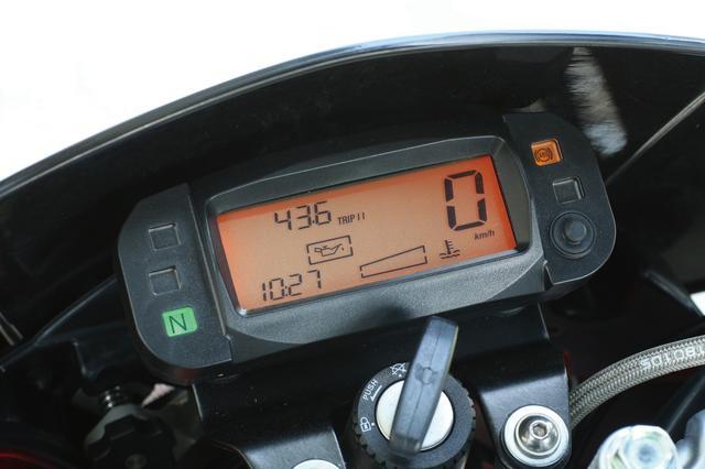 画像: 最高速やバッテリー電圧、ツイントリップも表示するコンパクトなデジタルメーター。コンペモデル風の最小限サイズとなっている。