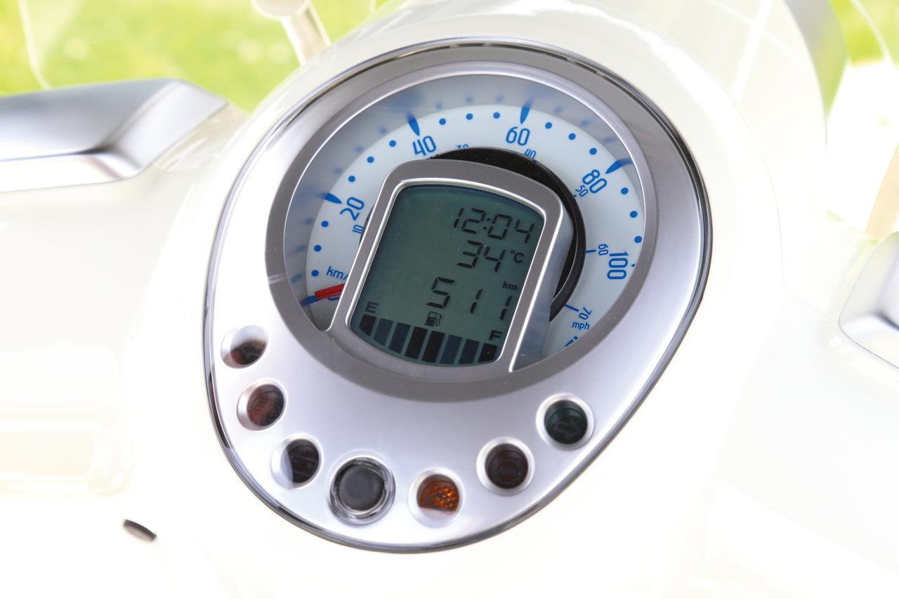 画像: アナログ表示の速度計の内部にデジタル液晶を配置。液晶には燃料計、油圧警告灯、メンテナンスインジケーター、気温を表示。