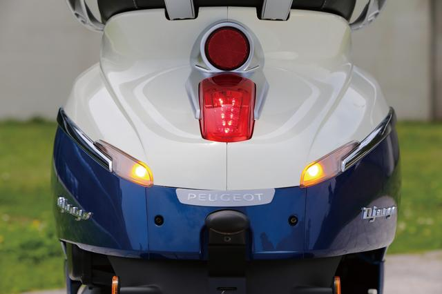 画像: ゆったりしたボディのテール周りには、クラシカルなテールランプとウインカーがきれいに埋め込まれ、滑らかなラインを強調して見せる。