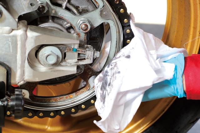 画像: 余分なクリーナーを拭き取る