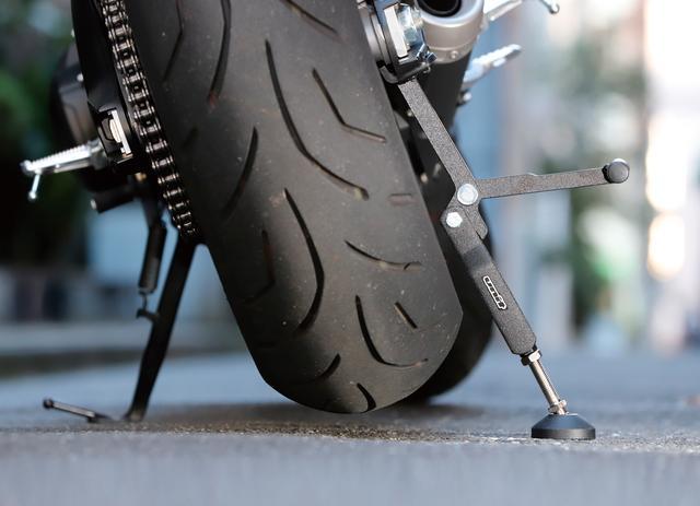 画像: スイングアームを押し上げてリアタイヤを浮かせるスタンド。チェーンのケアには充分。価格:3672円 [ 問 ]ダートフリーク モーターサイクル事業部 TEL0561-86-8301