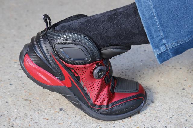 画像: ソール中央部に適度な柔軟性があるので歩きやすい。足首後ろ側がえぐられているのでフォワードポジションのオートバイにも合う。
