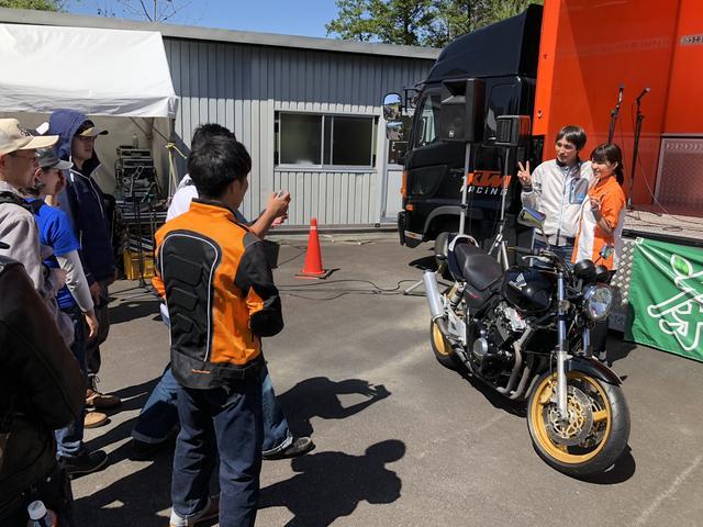 画像: デイトナさんのテストコースで開催された「茶ミーティング」でメインMCを務めたときもバイク移動でした。ファンの方とも、バイクを入れて写真撮影する展開に。