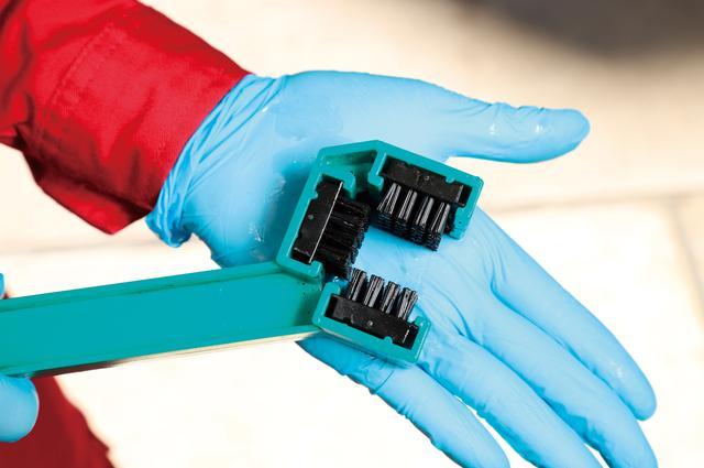画像: ブラシがチェーンの3方向に当たるので、汚れや古いオイルを効率的に落とせる。価格:1296円 [ 問 ]ダートフリーク モーターサイクル事業部 TEL0561-86-8301
