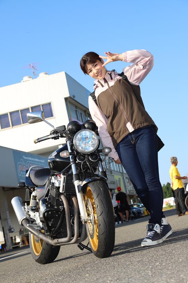 画像: こちらは鈴鹿ツインサーキットのパドック。この日はレーシングスクールに入校し、一日たっぷり走りまくった梅ちゃんでしたが、帰りも元気いっぱいに帰っていきました。