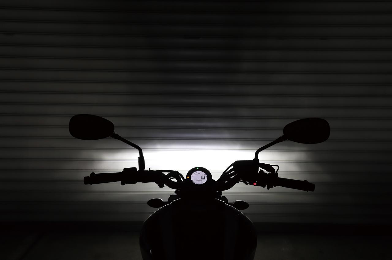 画像: ロービームでは左右方向まで広く照らし出す。グレアも少ないので対向車を幻惑することもないだろう。
