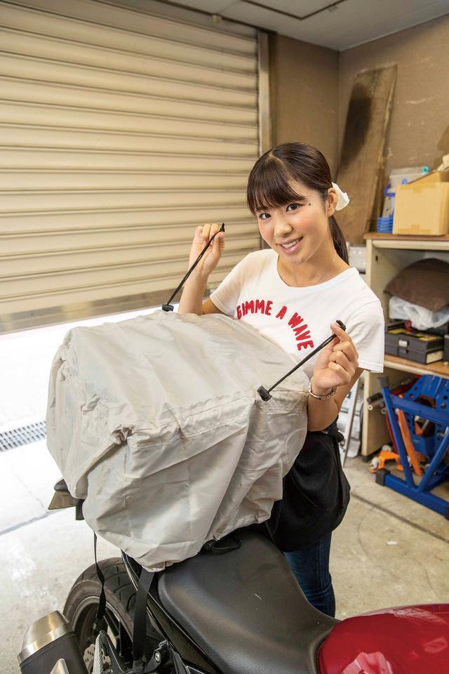 画像: バッグのスクエア形状はレインカバーを被せやすいというメリットも生んでいる。コードストッパーで絞れるので走行中のバタつきも防げる。