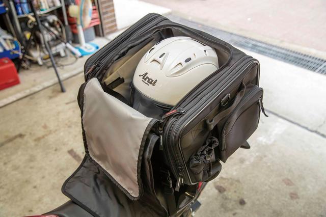 画像: 高さがあるのでフルフェイスヘルメットも余裕で収納可能。ヘルメット持って彼女を迎えに行く……って、昔やったなあ(笑)。