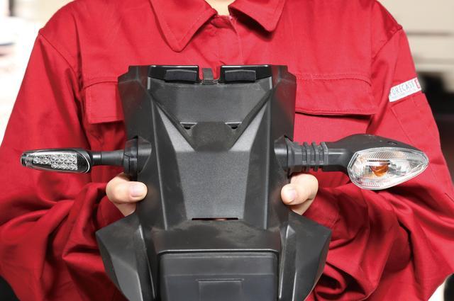 画像: GSX250Rの場合はリアウインカーの配線を延長するためリアフェンダーの脱着が必要。フロントはカウルを付けたままでOKだった。