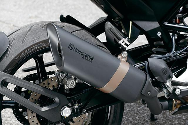 画像: ブラック仕上げのサイレンサーのスラッシュカットが非常にユニーク。側面にはハスクバーナ伝統のロゴも入る。