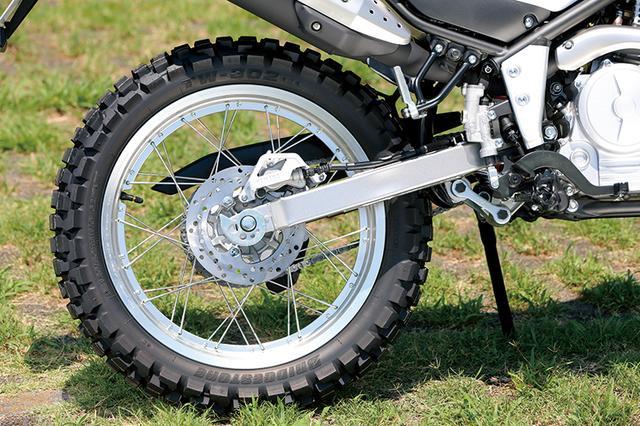 画像: 軽快かつ扱いやすいハンドリングを実現するセッティングの、軽量アルミ製シリンダーを備えるボトムリンク式リアサスも受け継がれた。