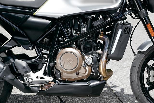 画像: 690デュークをベースとするエンジンは74HPを発揮。いまや希少な大排気量シングルユニットのパルス感とトルクを堪能できる。